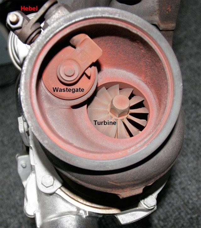Приводимая клапаном вестгейта заслонка-«калитка» в самой турбине. (фото: Drive2)