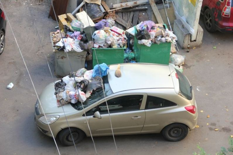машина у мусорного бака